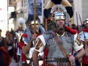 Centurion al mando de sus bravos legionarios portando sacros estandartes.